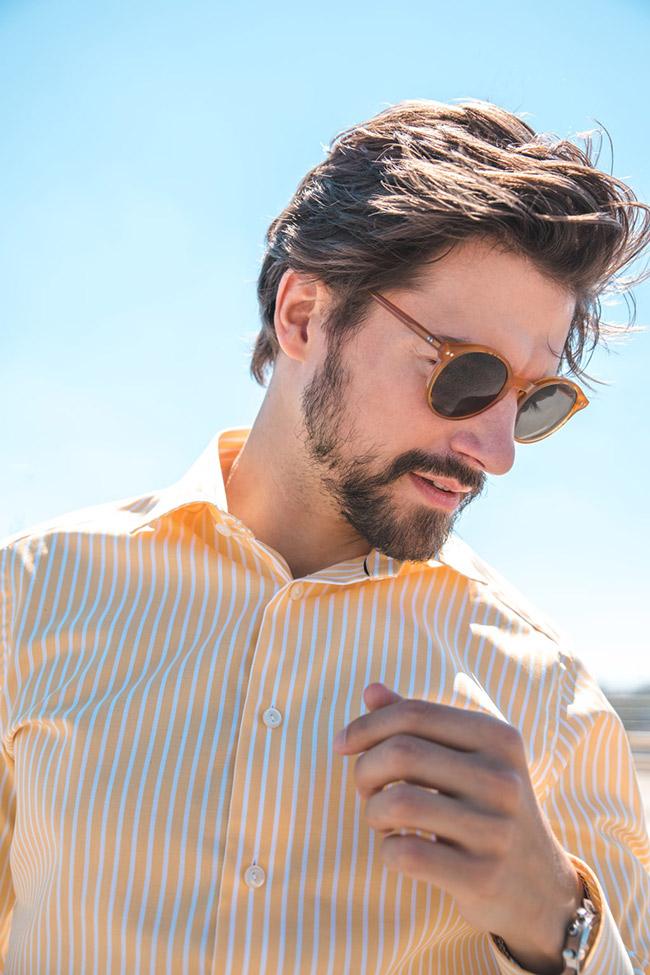 florian molzahn mit sonnenbrille und weiss orange gestreiftem hemd